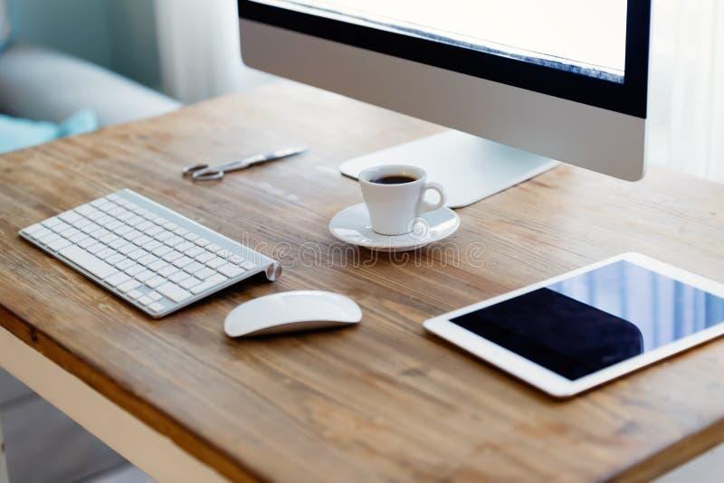 Bild av kontorsskrivbordet med minnestavladatoren och annan tillbehör royaltyfria bilder