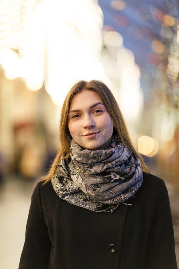Bild av kvinnan utanför i stad på aftonen arkivbild