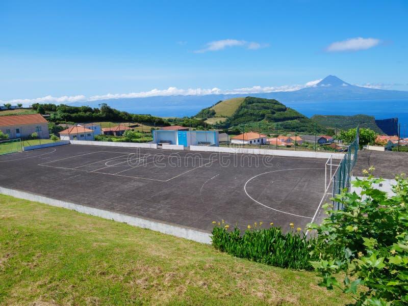Bild av landskapet i förgrunden och berget av Pico i bakgrunden arkivfoton