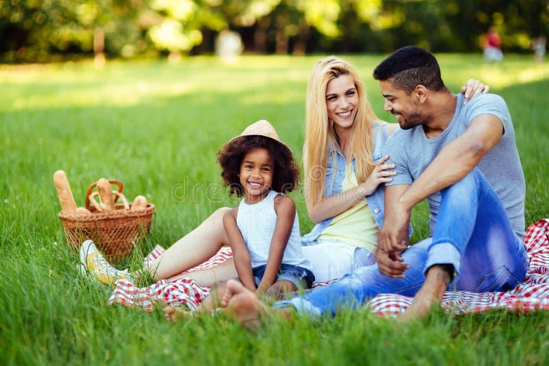 Bild av ?lskv?rda par med deras dotter som har picknicken royaltyfri fotografi