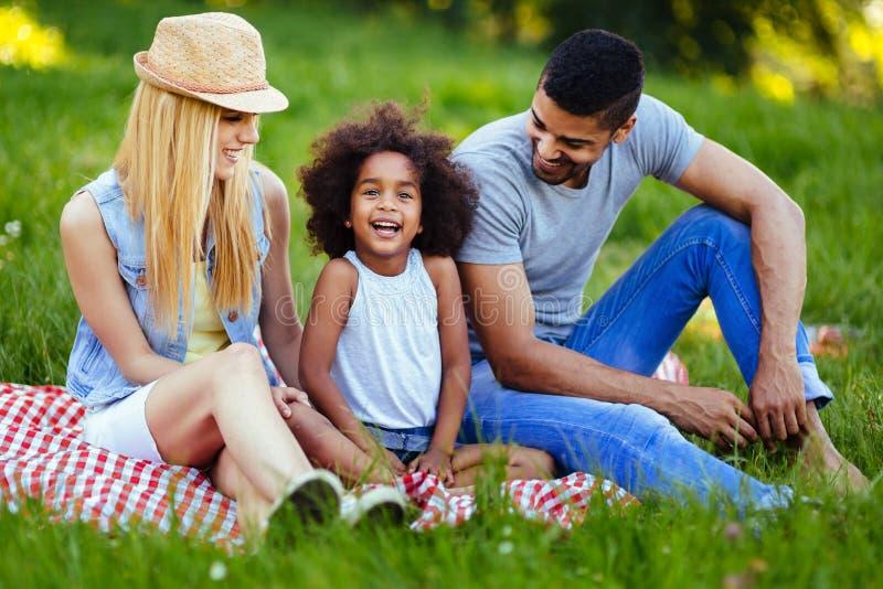 Bild av ?lskv?rda par med deras dotter som har picknicken arkivbild