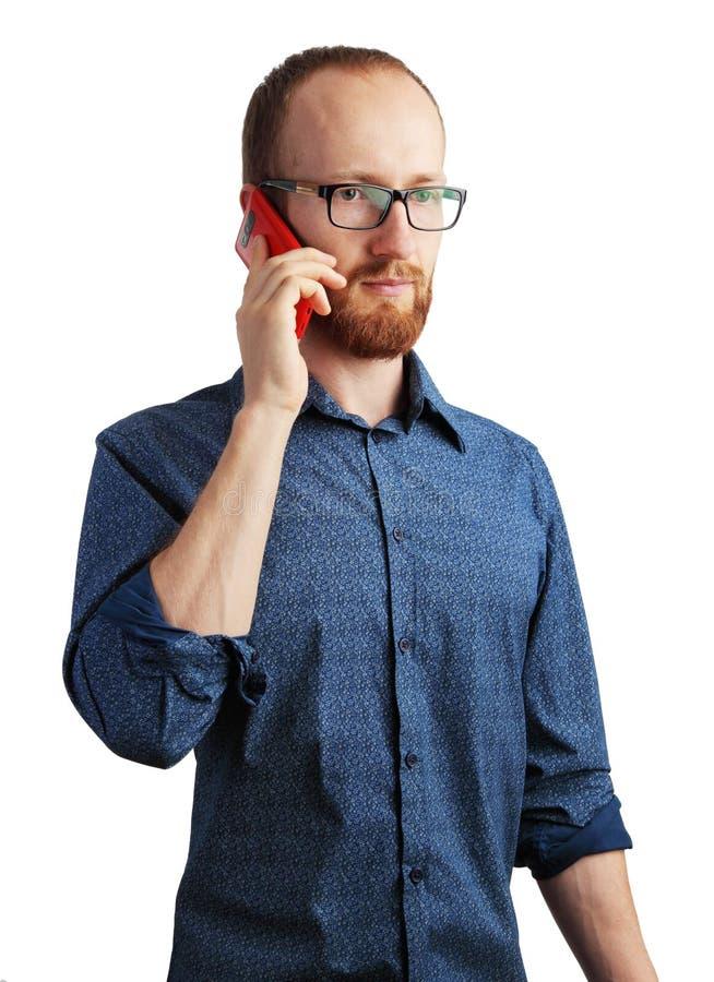 Bild av mannen som talar vid hans smartphone som isoleras på vit arkivbild