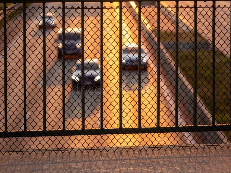 Bild av metallsäkerhetsbarriären på brigde ovanför huvudvägen med oskarpa bilar i bakgrunden royaltyfria foton