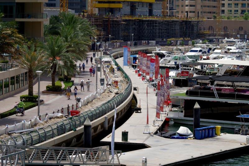 Bild av pågående talrika arbeten som begraver de elektriska kablarna som behövs för att driva bryggorna i den Dubai marina royaltyfri foto