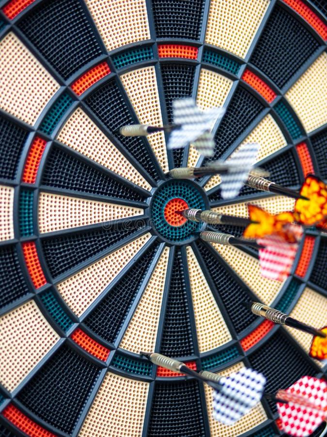 Bild av pilpilen som slår i målmitten av darttavlan begreppsaff?rsm?l till att marknadsf?ra framg?ng Affärsmål eller royaltyfria bilder