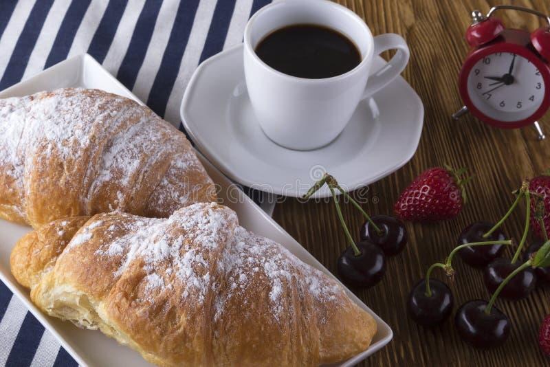 Bild av ringklockan, varmt kaffe och giffel arkivbilder