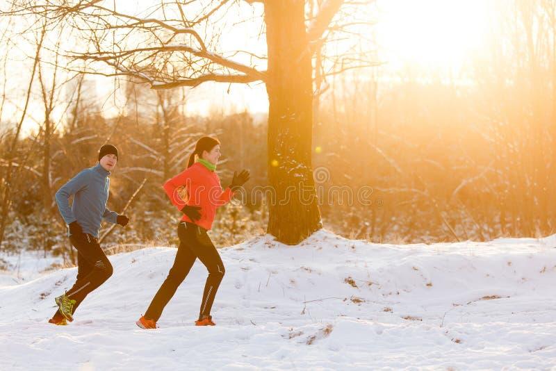 Bild av rinnande idrottsman nen i vinterskog royaltyfria bilder