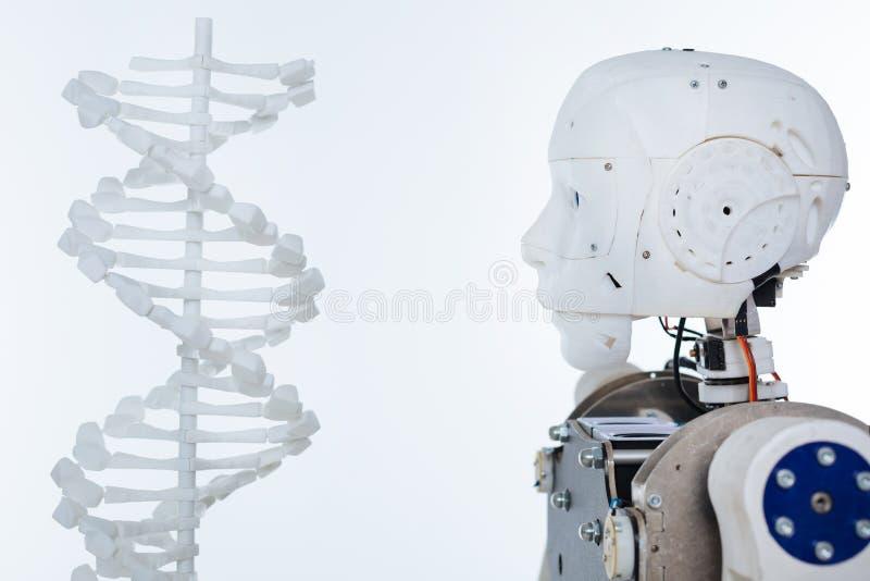 Bild av roboten och DNA:t royaltyfri fotografi