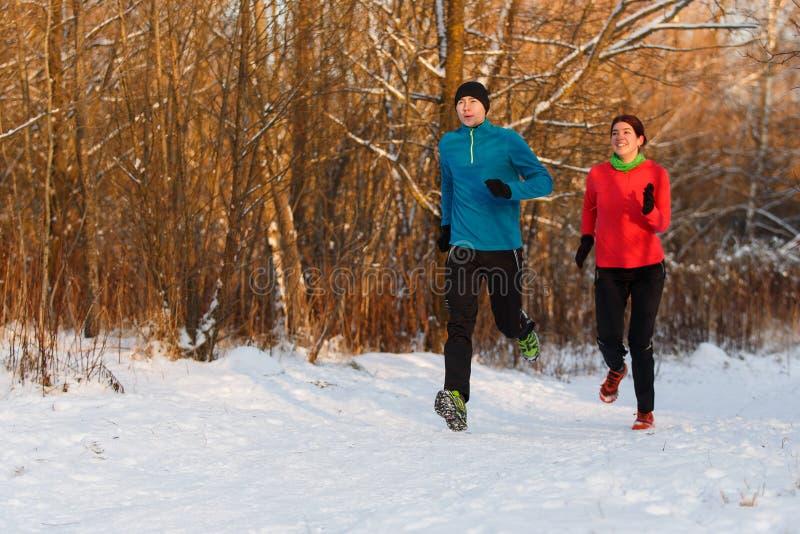 Bild av sportar kvinna och manspring på vinterdag royaltyfria foton
