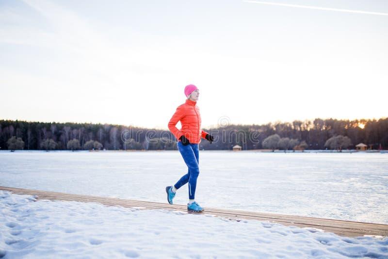 Bild av sportflickan på morgonövning i vinter royaltyfri bild