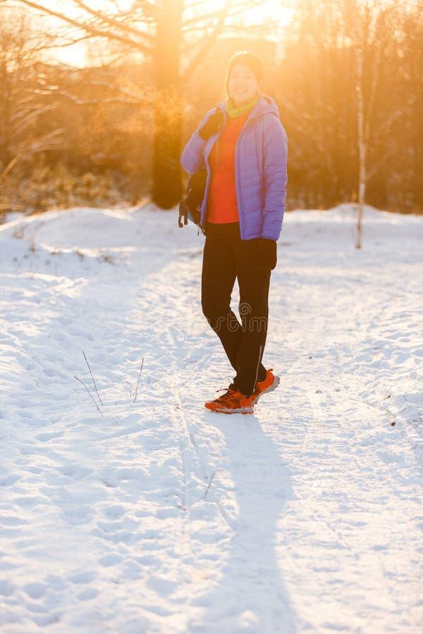 Bild av sportkvinnan med ryggsäckanseende i vinter royaltyfri foto