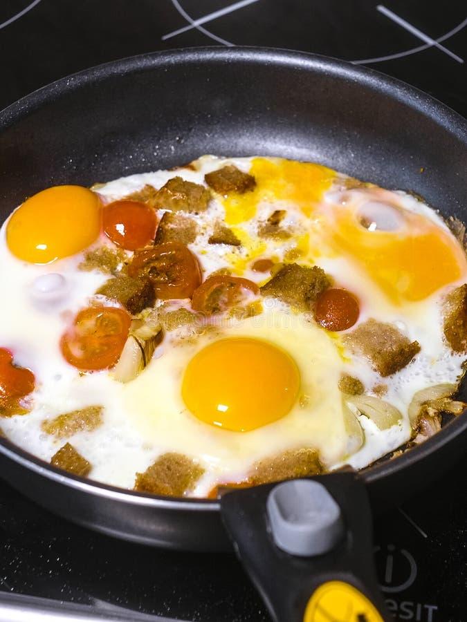 bild av stekte ägg tätt upp royaltyfri fotografi