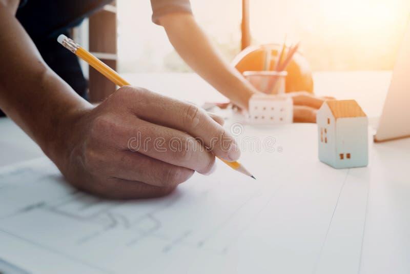 Bild av teknikern som drar en designbyggnad eller hus för blått tryck arkivbild