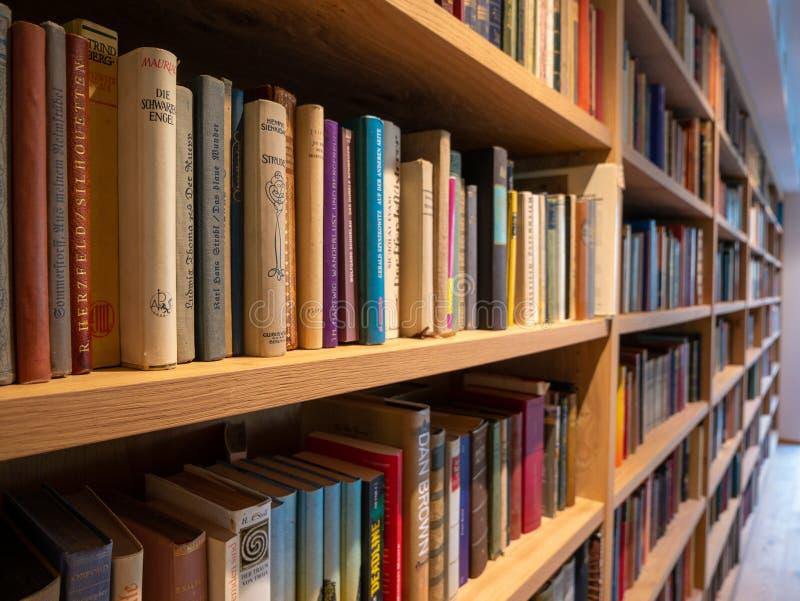 Bild av träbokhyllan med böcker arkivfoto