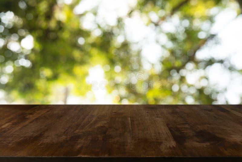 bild av trätabellen framme av abstrakt suddig bakgrund av arkivfoton