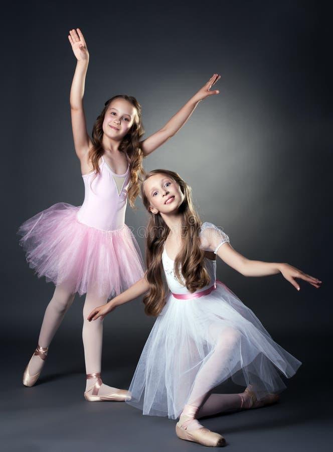 Bild av två älskvärda ballerina som poserar på kameran arkivfoton