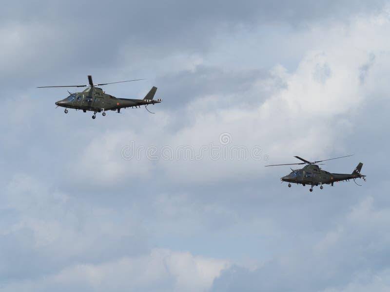 Bild av två AgustaWestland a109 helikoptrar av den belgiska armén royaltyfri bild