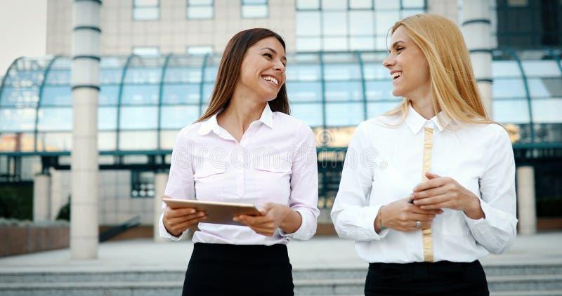 Bild av två unga härliga kvinnor som affärspartners royaltyfria foton