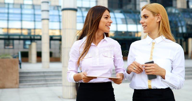 Bild av två unga härliga kvinnor som affärspartners arkivfoto