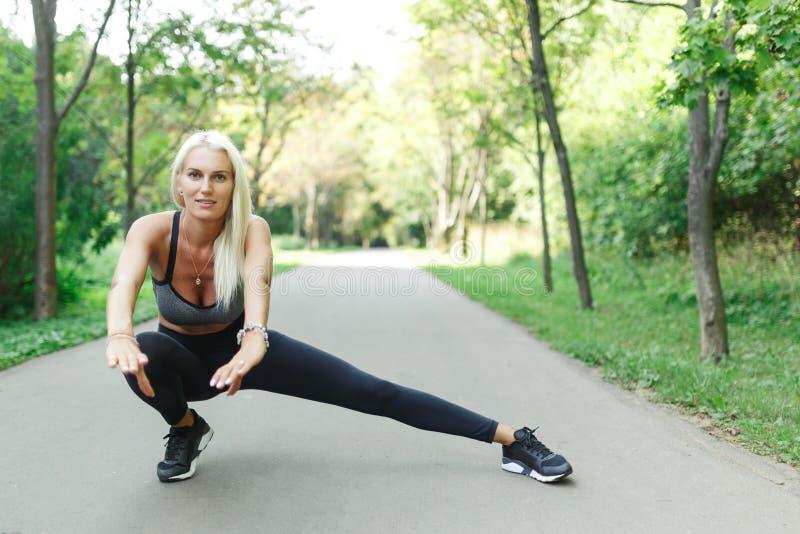 Bild av ung idrottskvinnasträckning arkivbild