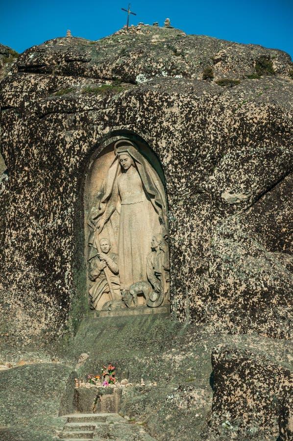 Bild av vår dam av den bra stjärnan som snidas i en stenig klippa royaltyfri bild