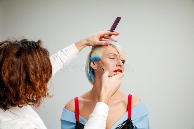 Bild, das erwachsene Frau am Friseursalon zeigt lizenzfreie stockbilder