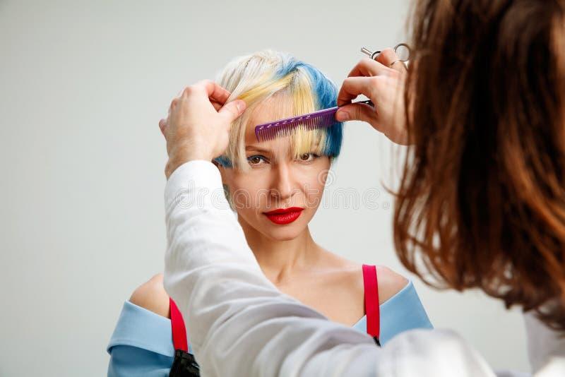 Bild, das erwachsene Frau am Friseursalon zeigt stockbild