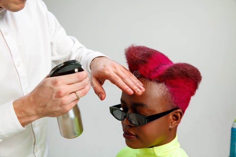 Bild, das erwachsene Frau am Friseursalon zeigt stockfoto