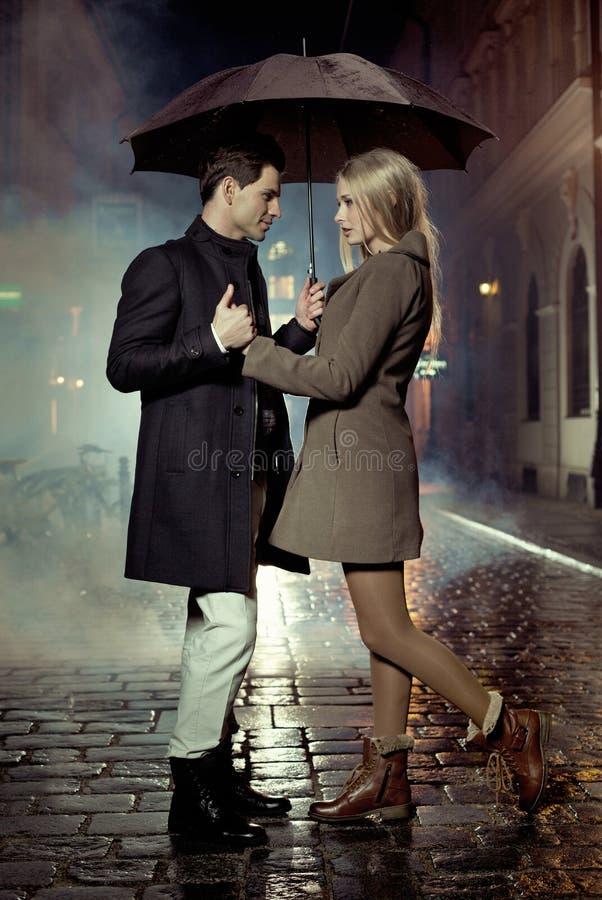 Bild, das Paare während des Herbstabends darstellt stockbild