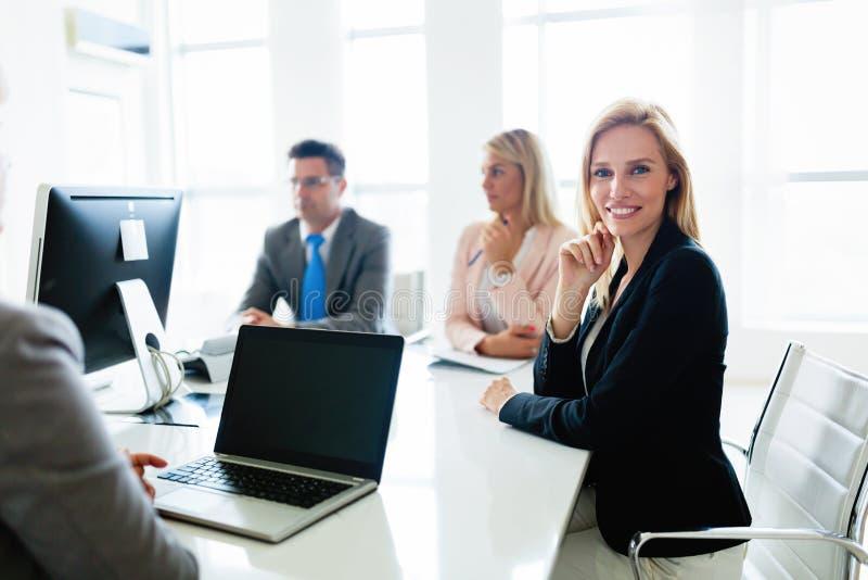 Bild der attraktiven Verkäuferin auf Sitzung im Büro lizenzfreies stockfoto
