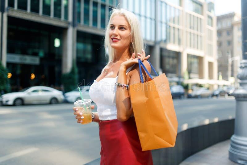 Bild der Blondine mit Paketen lizenzfreies stockbild