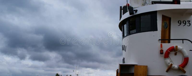 Bild der Brücke eines Fischerbootes angekoppelt in einem Hafen in Island an einem bewölkten Tag stockfotografie