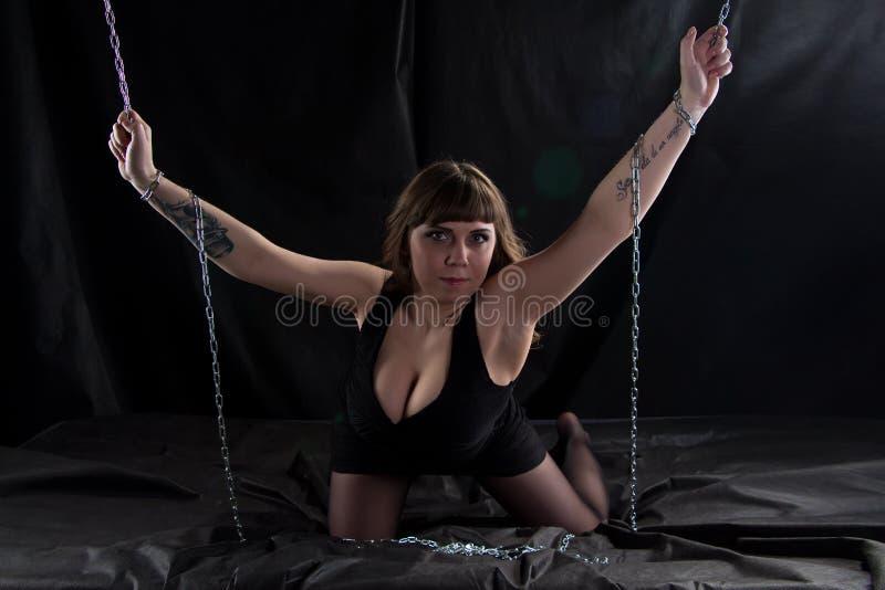 Bild der curvy Frau Ketten halten lizenzfreies stockfoto