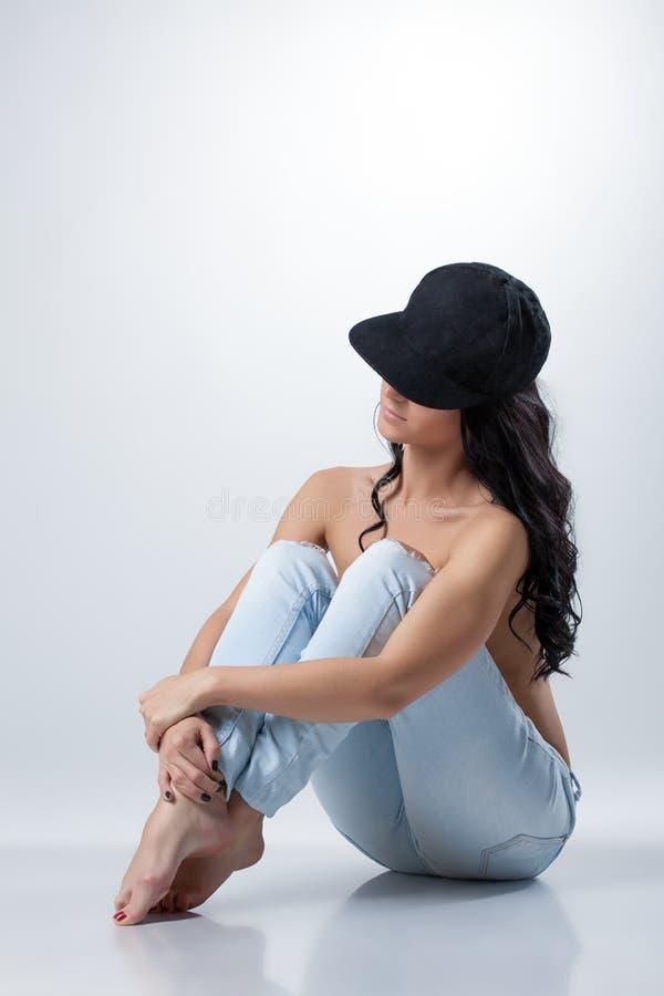 Bild der curvy-haarigen Brunetteaufstellung schulterfrei lizenzfreie stockbilder