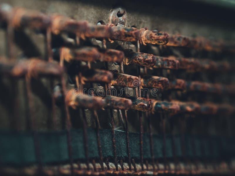 Bild der Details des alten gebrochenen Klaviers für den Hintergrund stockfoto