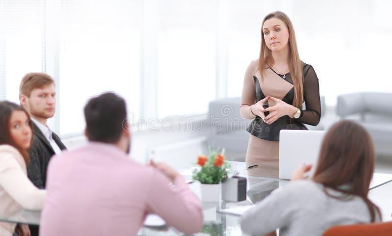 Bild der Geschäftsfrau eine Sitzung im Büro leitend stockbild