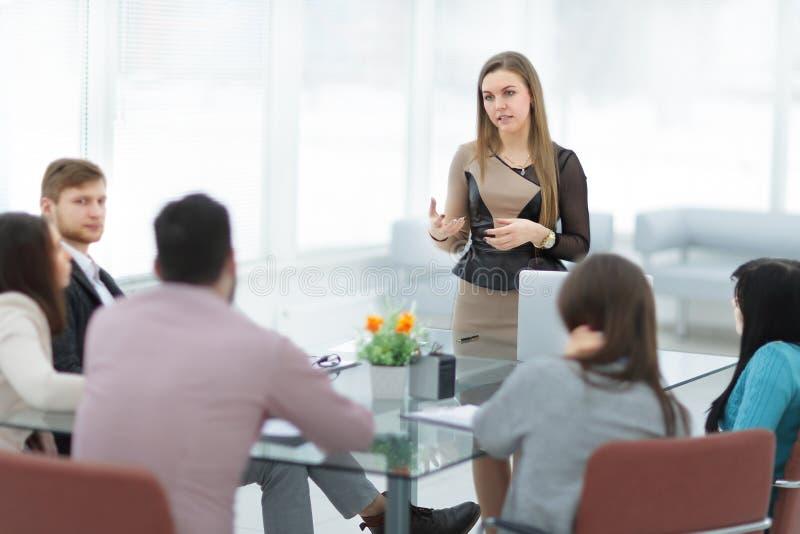 Bild der Geschäftsfrau eine Sitzung im Büro leitend stockfotografie