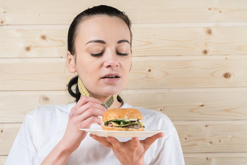 Bild der gesunden Frau ungesunde Fertigkost zurückweisend stockfotografie