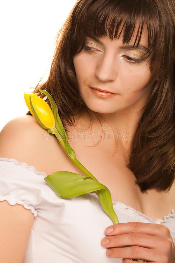 Bild der glücklichen Frau mit gelben Tulpen lizenzfreies stockfoto