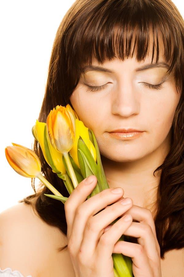 Bild der glücklichen Frau mit gelben Tulpen stockbilder