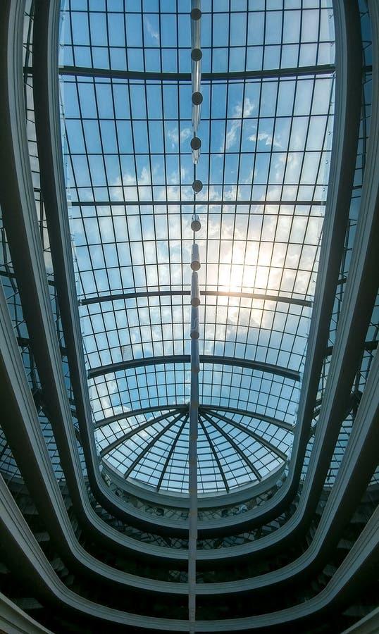 Bild der großen Glaskuppel im modernen Geschäftszentrum oder dem Hotel Abstraktes Architekturbild des Glasdachs stockfotos
