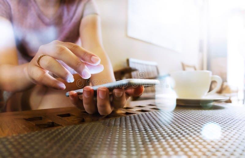 Bild der jungen Frau unter Verwendung des intelligenten Telefons stockfoto