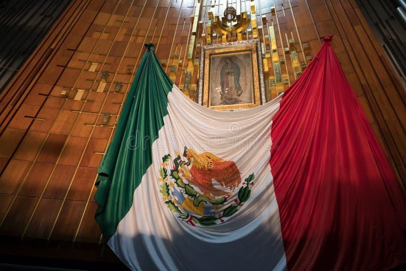 Bild der Jungfrau von Guadalupe und der mexikanischen Flagge an der Basilika von Guadalupe in Mexiko City stockbild