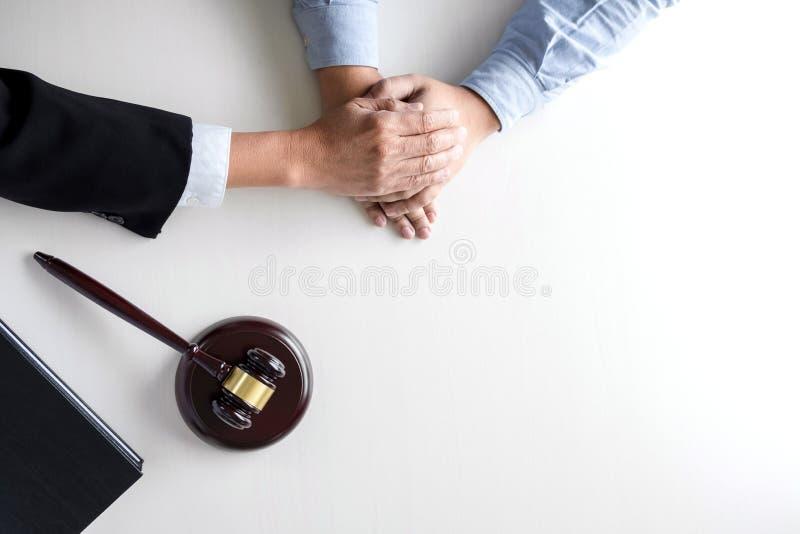 Bild der männlichen Rechtsanwalt- oder Richterhilfe regen Kunden, Kunden, w an lizenzfreie stockfotos