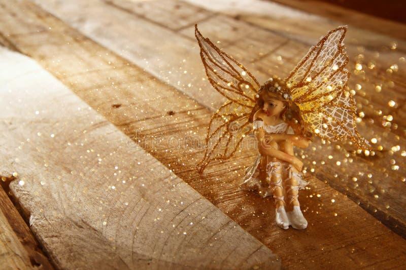 Bild der magischen kleinen Fee im Wald Weinlese gefiltert stockfotografie