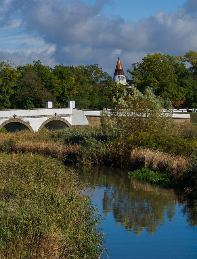 Bild der neun-durchlöcherten Brücke in Hortobagy stockfotos