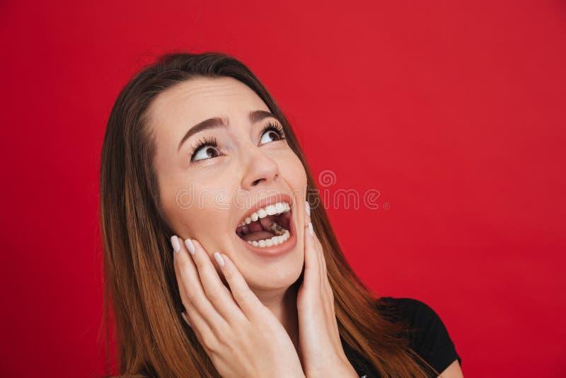 Bild der neurotischen Frau 20s in schwarzem T-Shirt Schreien und looki lizenzfreie stockfotos