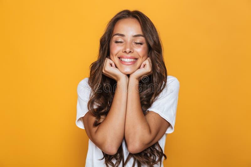 Bild der positiven jungen Frau 20s mit dem langem Haarlachen und PR stockbilder