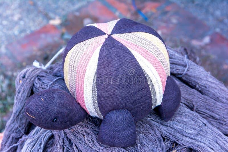 Bild der Schildkrötenpuppe gemacht vom Stoff lizenzfreie stockfotografie