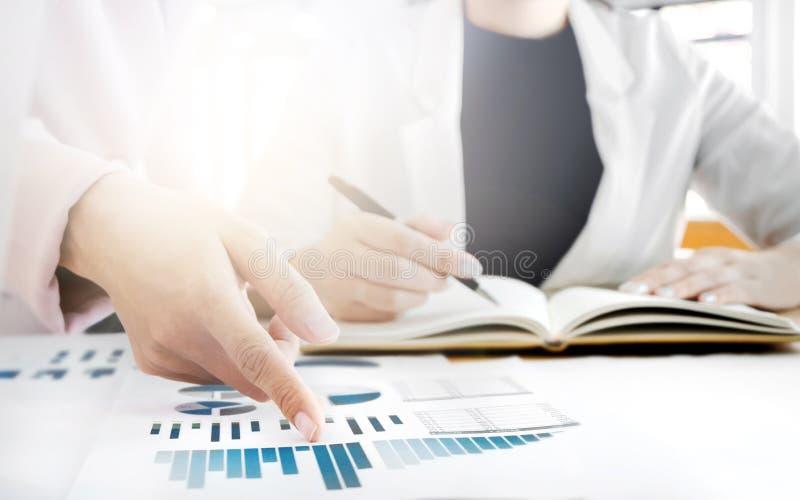 Bild der weiblichen Hand zeigend auf Geschäftsdokument während der Diskussion auf das Treffen stockfotografie